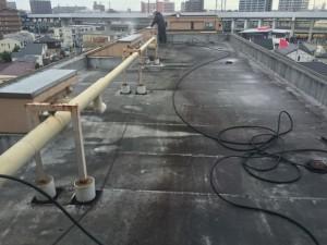 屋上防水の高圧洗浄中