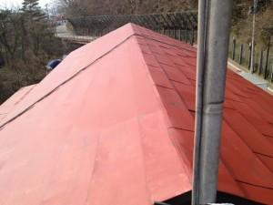 屋根錆止め下塗り中