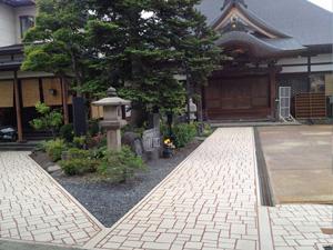 山形県上山市のお寺|歩道のスプレーコンクリート事例