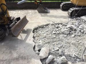 駐車場土間解体中