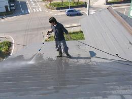 屋根の洗浄中