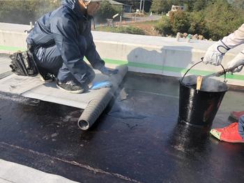 アスファルト防水流し張り施工中