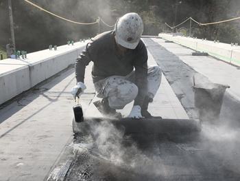 アスファルト防水施工中