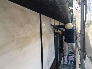 漆喰壁洗浄中