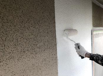 下塗り施工中