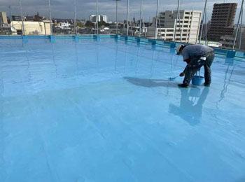 屋上平場 ウレタン塗膜防⽔2回⽬塗布